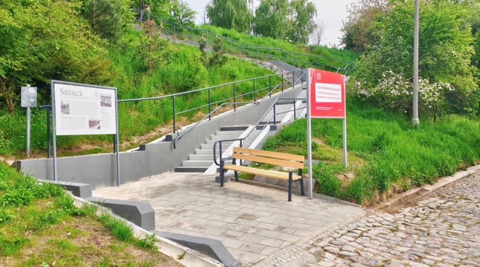 Przy nowych schodach stanęła m.in. tablica informacyjna przedstawiająca historię Siedlec, Suchanina i ul. Skarpowej