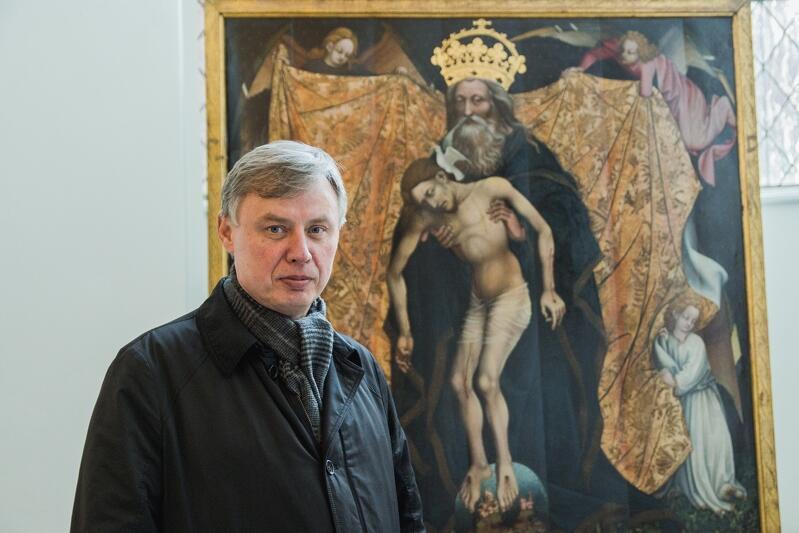Ks. Ireneusz Bradtke przy średniowiecznym ołtarzu Pietas Domini, który w marcu br. wrócił z Niemiec do Bazyliki Mariackiej, po 75 latach nieobecności