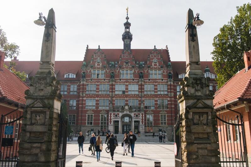 Gmach Główny Politechniki Gdańskiej z perspektywy wejścia głównego od strony ul. Narutowicza, zdjęcie archiwalne