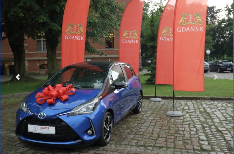 Pachnąca nowością i przewiązana czerwoną kokardą hybrydowa Toyota Yaris to nagroda główna w tegorocznej, czwartej edycji loterii Pit w Gdańsku. Się opłaca! Nie przegapcie terminu zgłoszenia udziału w zabawie - mija 31 maja