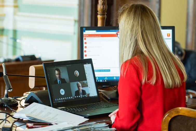 Pierwsza w historii zdalna sesja Rady Miasta Gdańska. Panująca pandemia koronawirusa sprawiła, że radni, ze względów bezpieczeństwa, uchwalali lokalne prawo przed ekranami swoich komputerów. Kwiecień 2020 r.