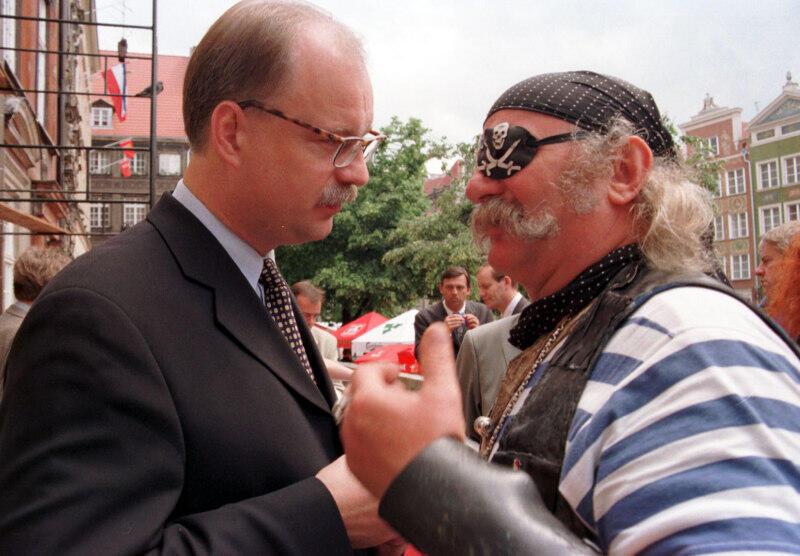 Przedproże Dworu Artusa 1998 r. Nz. Tomasz Posadzki i słynny gdański pirat Andrzej Sulewski