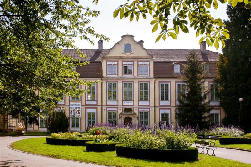 Oddział Sztuki Nowoczesnej Muzeum Narodowego w Gdańsku otwiera się jako pierwszy. Zwiedzający będą mogli tu przychodzić sześć dni w tygodniu. Do odwołania będą musieli stosować się do wytycznych sanitarnych