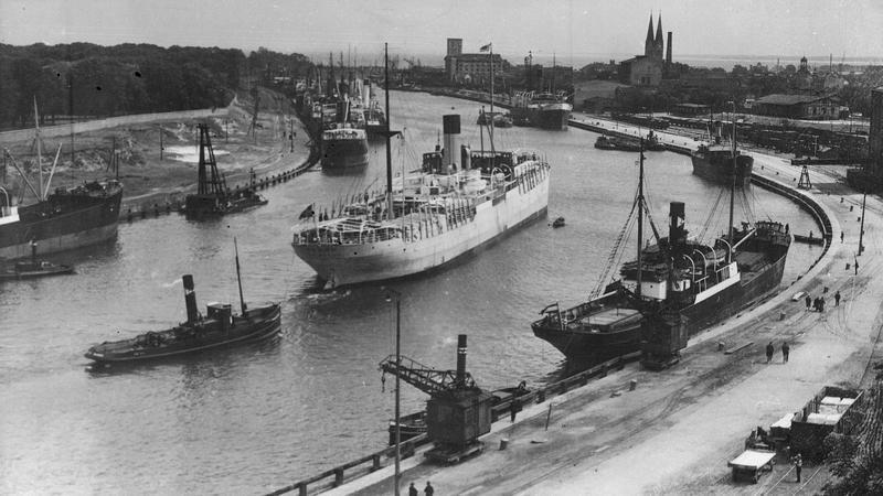 Gdańsk, druga połowa lat 30-tych XX wieku. Statki w kanale portowym