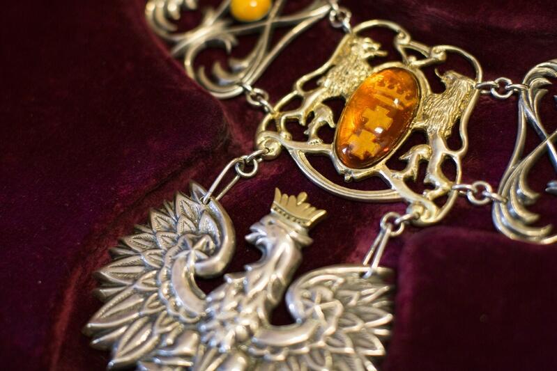 Fragment łańcucha ozdobnego Prezydenta Miasta Gdańska - widzimy tutaj symbol nierozerwalności Gdańska i Rzeczpospolitej. Ten łańcuch noszony był w trakcie miejskich i państwowych uroczystości przez śp. prezydenta Pawła Adamowicza