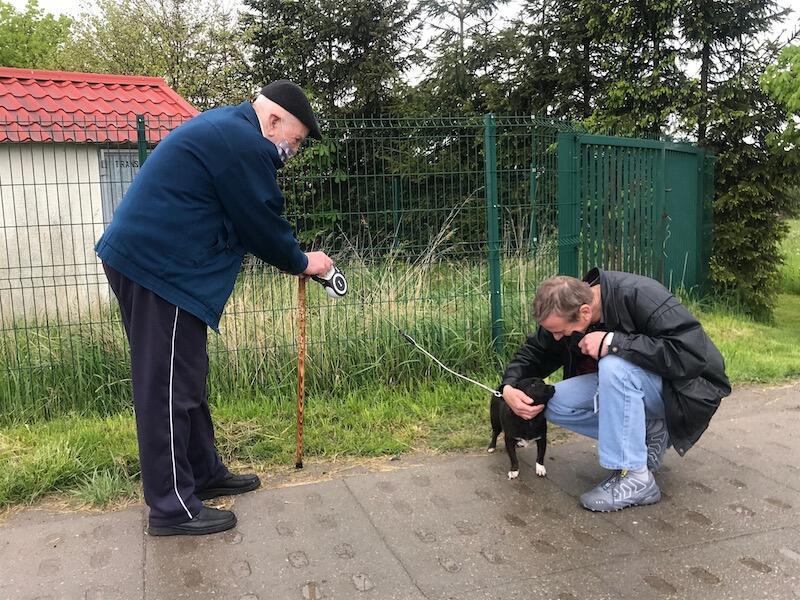 Pan Krzysztof (po prawej) kilka lat temu zaadoptował z Promyka suczkę Lunę. Dzisiaj mężczyzna ponownie pojawił się w schronisku, by pomóc ojcu wybrać psa. 8-letni Jogi zdaje się być dobrym wyborem, bo jest opanowany i grzeczny