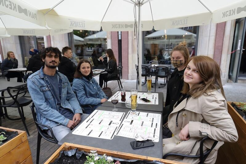 Klienci w ogródku restauracji Pankejk przy ul. Długiej, 23 maja 2020, pierwszy weekend ponownego otwarcia lokali