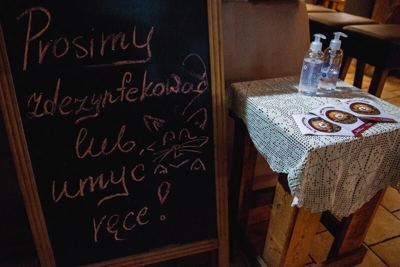 Klienci potrzebują wsparcia informacyjnego w sprawie obowiązujących procedur sanitarnych w lokalach - nz. restauracja z kuchnią ukraińską Pan Kotowski w Oliwie, 25 maja 2020 r.