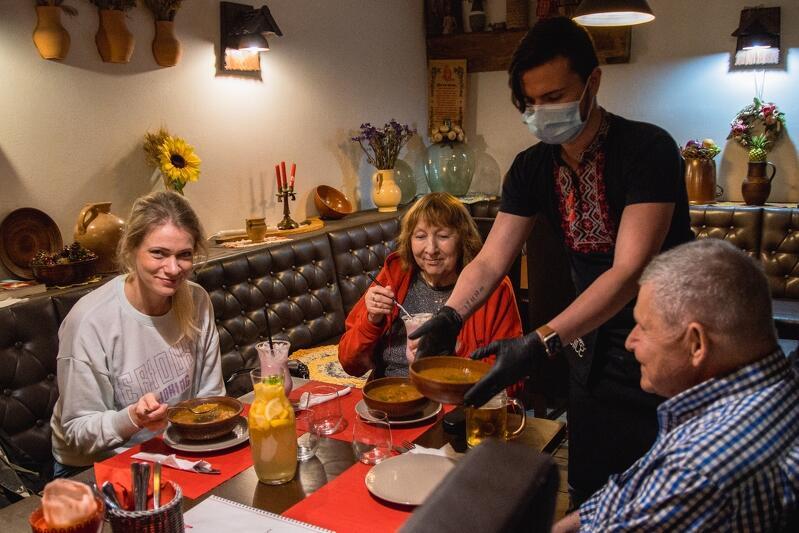 - Nareszcie nie siedzimy już w restauracji sami, nasza praca wydawała się bez sensu, gdy nikt nie mógł u nas bywać - mówi pani Anna menedżerka Pana Kotowskiego