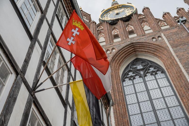Trzy flagi jako symbole trzech źródeł tożsamości: gdańskiej, polskiej i pomorskiej
