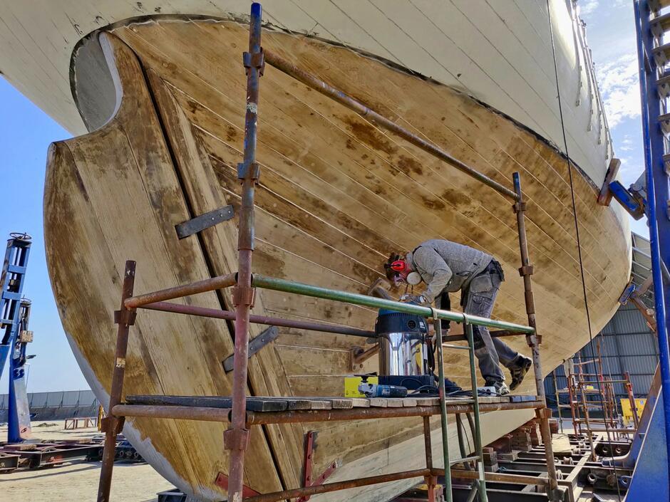 Wyczyszczona do `gołego drewna` podwodna część kadłuba Generała Zaruskiego