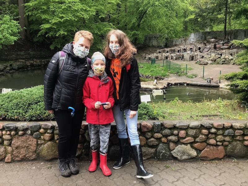 Iwona, Adam i Basia Hennigowie - to stali bywalcy zoo, którzy co roku, w pierwszych dniach maja odwiedzają ogród. Tym razem ich tradycja nieco przesunęła się w czasie, ale ważne, że możliwa była do zrealizowania