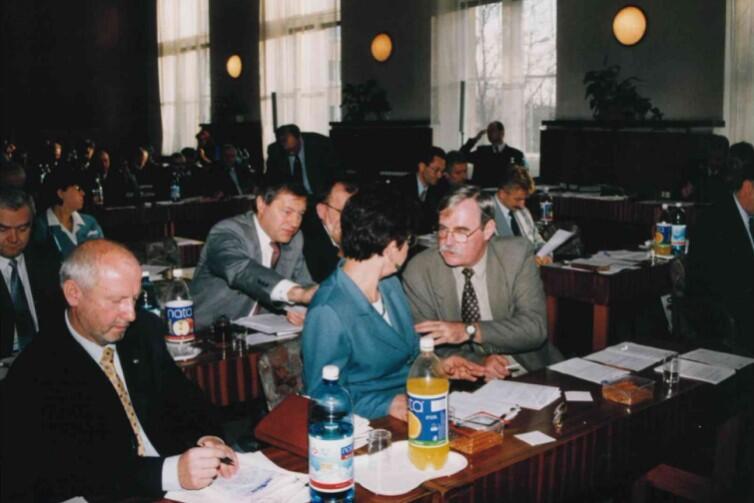 Sesje Rady Miasta Gdańska do 1999 r. odbywały się w sali 107 Urzędu Miejskiego. Od tamtego czasu RMG ma osobną siedzibę w Nowym Ratuszu i tam radni odbywają sesje