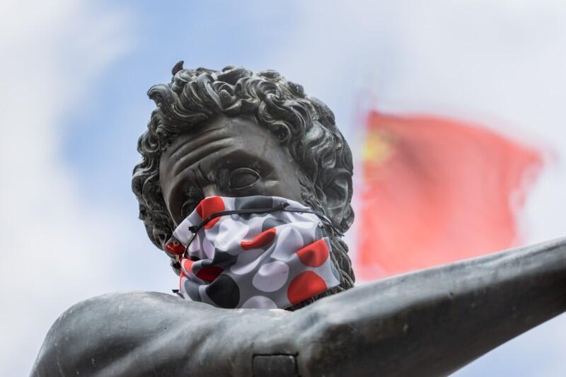 Od 16 kwietnia zakrywanie nosa i ust było obowiązkowe. Solidarnie z mieszkańcami w maseczki zostały wyposażone gdańskie pomniki, w tym symbol Gdańska, Neptun. Od 30 maja obowiązek zostaje zniesiony, o ile zachowamy dystans społeczny
