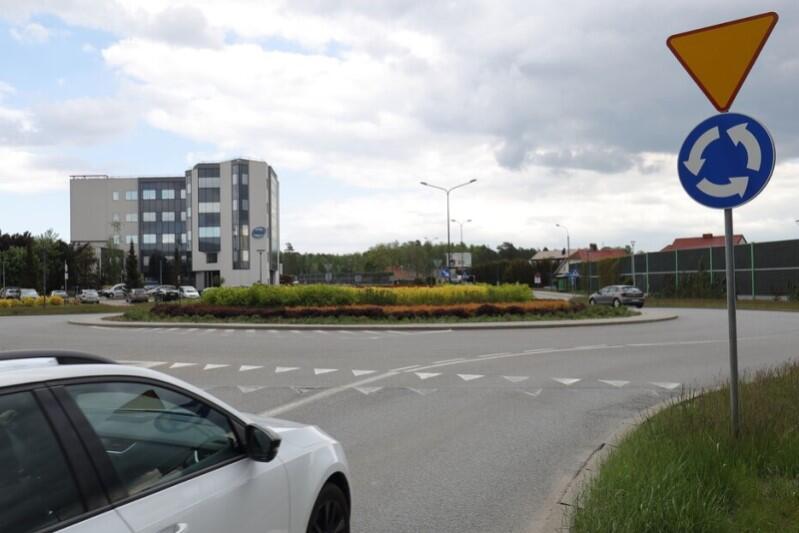 Rondo Ofiar Firogi i Klukowa 1939-1945 znajduje się w ciągu ul. Słowackiego - jest to przedostatnie rondo na drodze dojazdowej z Gdańska do Portu Lotniczego Gdańsk
