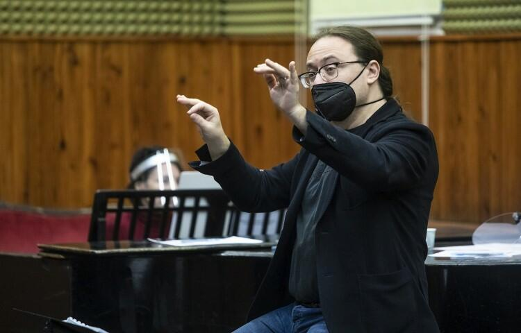 Kompozytor Francesco Bottigliero. Czy w operze może występować fizyka? Czy da się podróżować w czasie? No i czy karaluch może być postacią operową?