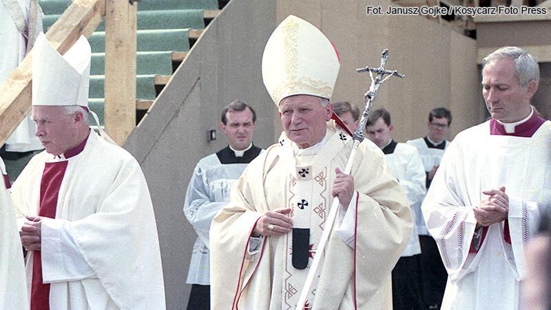 Pielgrzymka Jana Pawła II do Polski. Wizyta w Trójmieście. Jan Paweł II na spotkaniu z wiernymi na Gdańskiej Zaspie. Na zdjęciu, po lewej, abp. Tadeusz Gocłowski. 12 czerwca 1987 r.