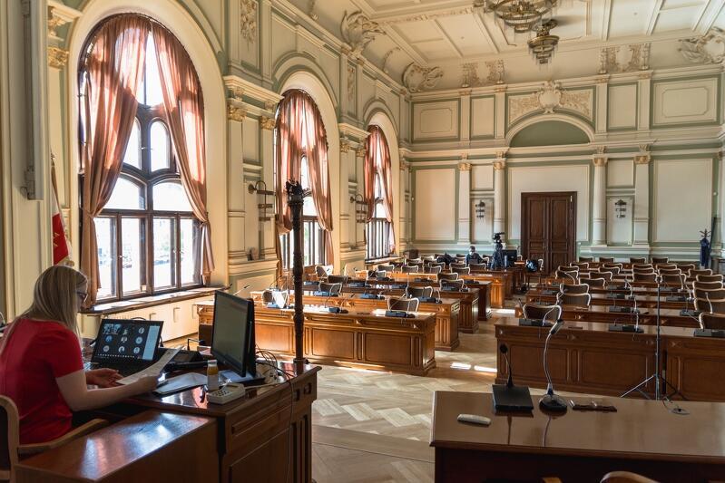Majową sesję przeprowadzono zdalnie ze względu na panującą epidemię. Przewodnicząca Rady Miasta Gdańska, Agnieszka Owczarczak, prowadziła obrady z Nowego Ratusza. Pozostali radni uczestniczyli w posiedzeniu siedząc w domach bądź zakładach pracy, przed ekranami swoich komputerów