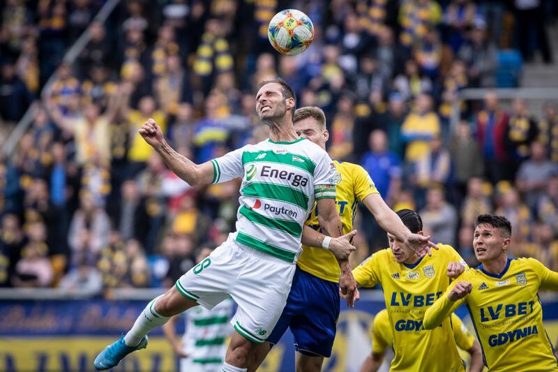 Pierwszy mecz w tym sezonie między Arką a Lechią odbył się 20 października w Gdyni. Lechia po golach Flavio Paixao i Artura Sobiecha prowadziła w 53. minucie 2:0. Skończyło się na remisie 2:2. Na zdjęciu Flavio Paixao atakowany przez trzech piłkarzy Arki