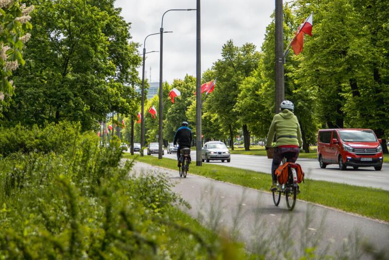 Flagi na Grunwaldzkiej. Stąd blisko na Plac Zebrań Ludowych, gdzie jeszcze dziś odbędą się dwa seanse filmowe w kinie samochodowym - dla dzieci i dla dorosłych