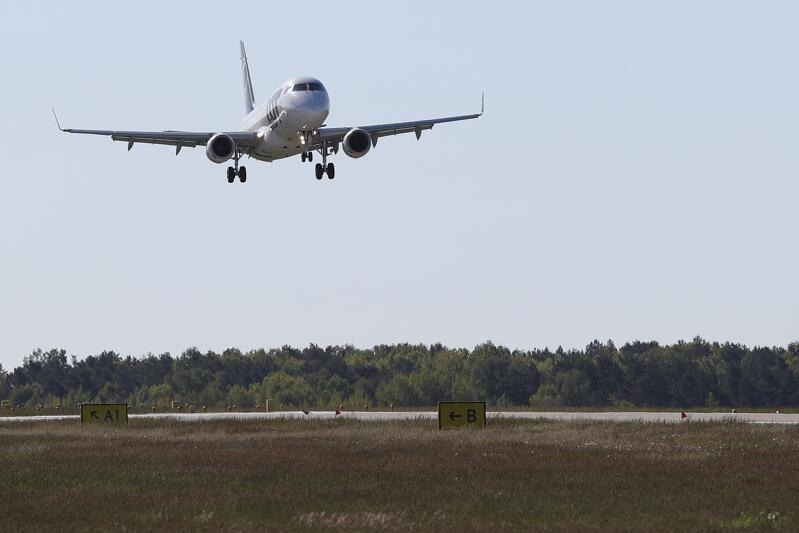 Pierwszy (po ponad dwumiesięcznej przerwie) samolot Polskich Linii Lotniczych Lot z pasażerami na pokładzie lecącymi z Warszawy, wylądował na gdańskim lotnisku w poniedziałek 1 czerwca o godz. 8.20
