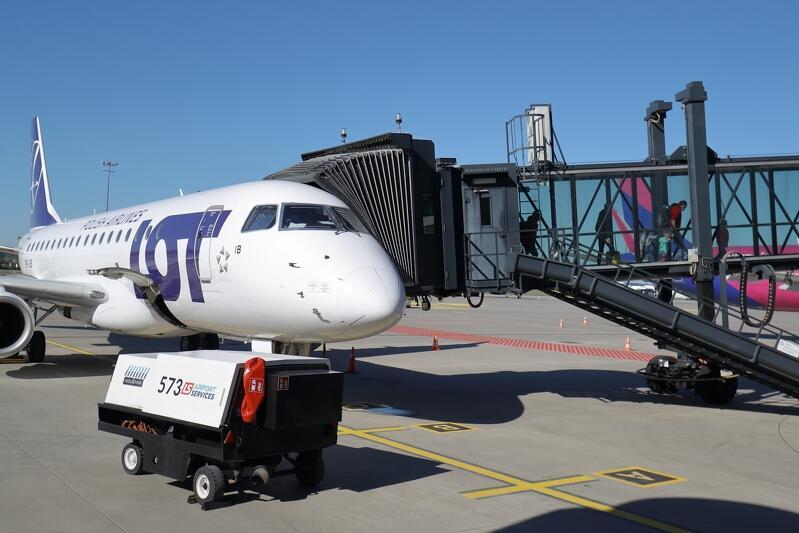 Rękaw to ruchome przejście, które tymczasowo mocowane jest do drzwi samolotu w taki sposób, by pasażerowie szybko i bezpiecznie dostali się do terminala pasażerskiego