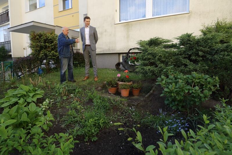 Marian Leśków, mieszkaniec Piecek - Migowa i zaprzysiężony osiedlowy ogrodnik (z dyplomem dziękczynnym od spółdzielni) prezentuje swój ogródek prezydentowi Piotrowi Grzelakowi