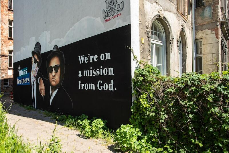 Mural z podobiznami bohaterów Blues Brothers zdobi szczytową ścianę budynku od strony wieżowca przy Politechnicznej 5 we Wrzeszczu