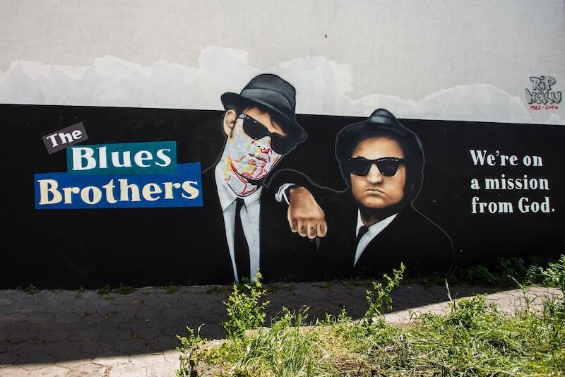 Dan Aykroyd i John Belushi w 1980 roku wcieli się w role braci (Jake'a i Elwood'a Blues), którzy stali na czele legendarnej  kapeli bluesowej z Chicago