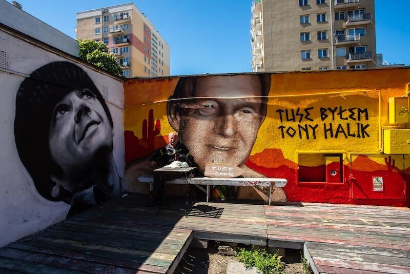 Wrzeszcz Pointz to także strefa, gdzie można spotkać się z sąsiadem i porozmawiać lub posiedzieć samemu. Nz. po prawej stronie jeden z dwóch nowych murali Tuse byłem. Tony Halik