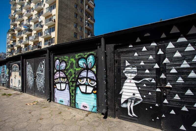 Podwórka nie muszą być szare o ponure. Dowód na to mają mieszkańcy Wrzeszcza. Przy ulicy Bohaterów Getta Warszawskiego znajduje się galeria murali na garażach