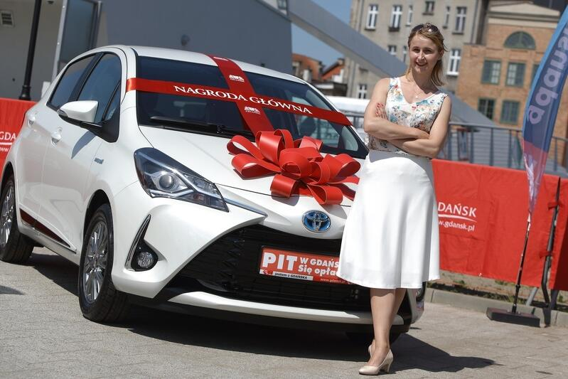 Pani Katarzyna Best-Kuczyńska i jej Toyota Yaris, którą wygrała w 2018 roku