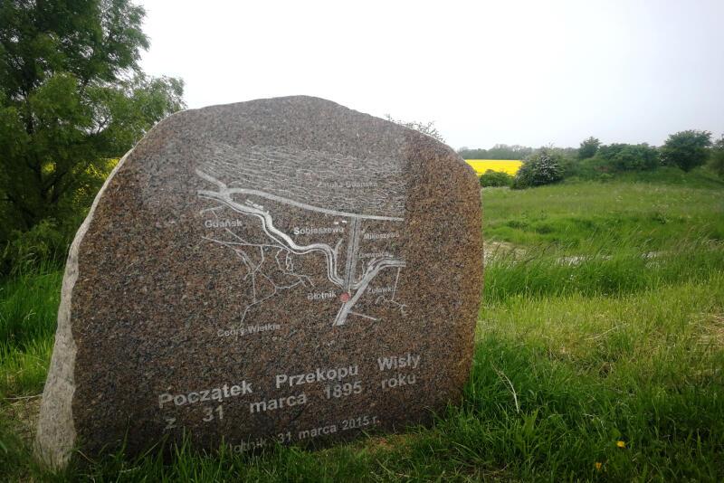 Znajdujący się na wiślanym wale kamień upamiętniający początek budowy przekopu Wisły w 1895 r.