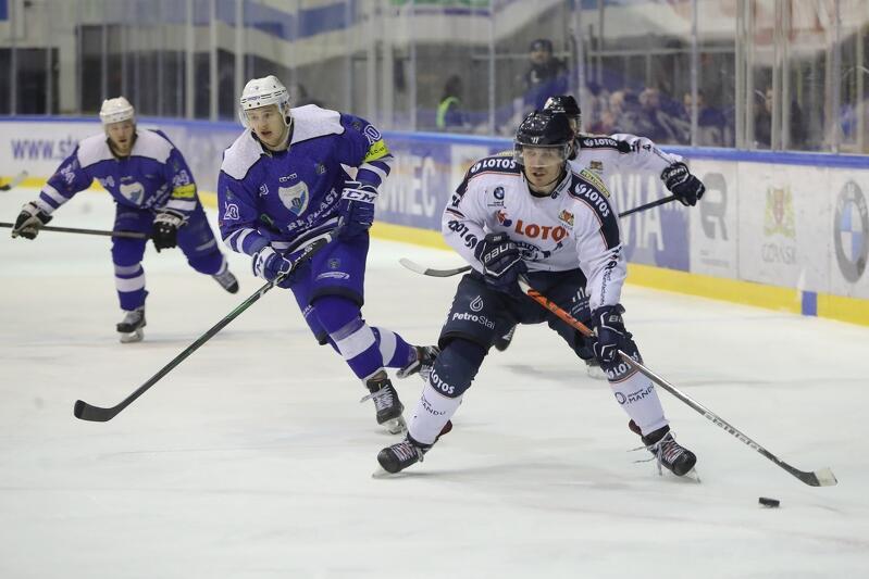 Hokeiści - jak co roku - na ligowe lodowiska wrócą jesienią. Na zdjęciu mecz Lotos PKH Gdańsk - Re-Plast Unia Oświęcim, który w hali Olivia rozegrano w lutym 2020 roku