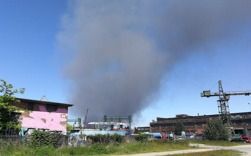 Dym widać było też po drugiej stronie Martwej Wisły z ul. Popiełuszki...