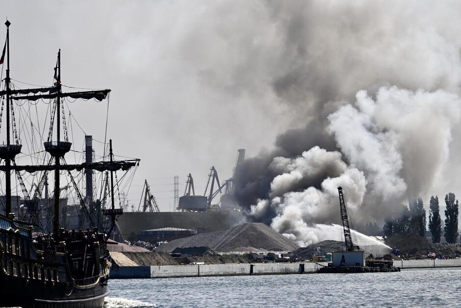 Tak wyglądał pożar od strony Nowego Portu, z brzegu Martwej Wisły. Po prawej od chmury dymu widoczny strumień wody ze statku gaśniczego. Po lewej płynie statek wycieczkowy - turyści na jego pokładzie mieli dodatkową atrakcję