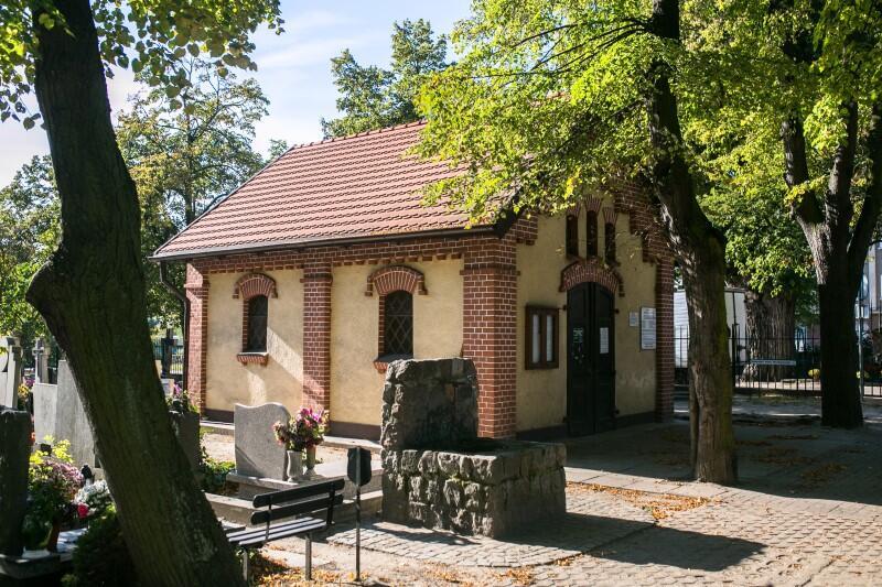 Kaplica i biura obsługi cmentarzy były nieczynne od marca - w ramach obostrzeń w walce z epidemią koronawirusa