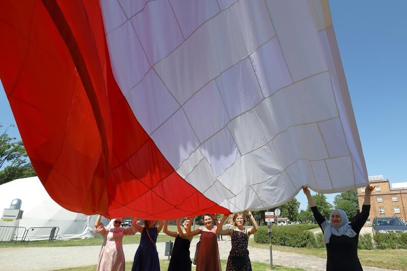 Patchworkowa biało-czerwona flaga została uszyta przez gdańskie wolontariuszki rok temu, z okazji jubileuszu 30-lecia wyborów czerwcowych, które przesądziły o upadku PRL i otworzyły drzwi do wolnej Polski. Po raz pierwszy została uroczyście wciągnięta na maszt Góry Gradowej 30 czerwca ub. roku. Dziś na ten maszt wraca