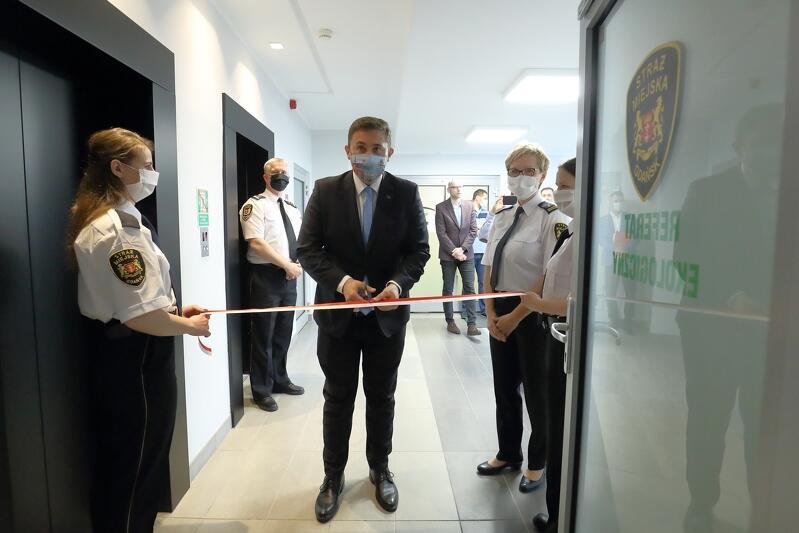 Wstęgę w drzwiach siedziby Referatu Ekologicznego Straży Miejskiej w Gdańsku przeciął 4 czerwca 2020 r. Piotr Borawski z-ca prezydent Gdańska ds. przedsiębiorczości i klimatu.