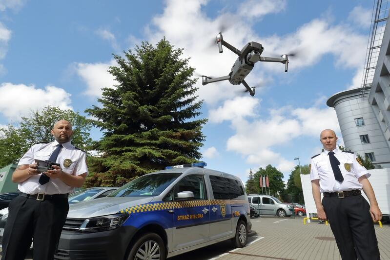 Dron, w którego obsłudze przeszkolono dwóch strażników z Eko Patrolu wspomagać będzie walkę o czystość powietrza, wody i ziemi