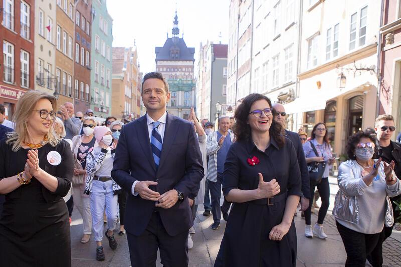 Aleksandra Dulkiewicz i Rafał Trzaskowski na ul.Długiej, w drodze na spotkanie przed Dworem Artusa
