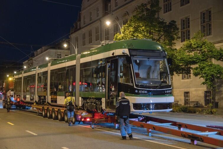 Tramwaj przyjechał z Bydgoszczy do Gdańska na samochodowej lawecie, na tory postawiono go przy pomocy specjalnej pochylni