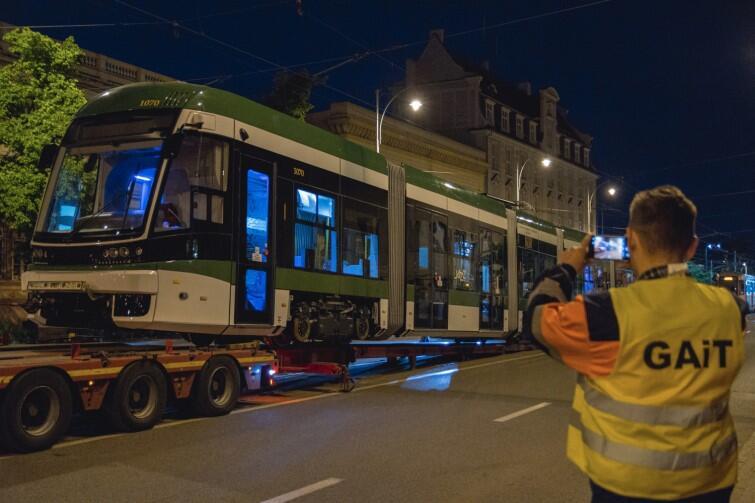 To już ostatnia, 15-a Pesa z transzy zamówionej w zeszłym roku przez Miasto Gdańsk w fabryce w Bydgoszczy. W realizacji jest już następny kontrakt, pierwsze tramwaje przyjadą jeszcze w tym roku, ale biało-zielony będzie tylko ten jeden, kóry właśnie przybył do Gdańska