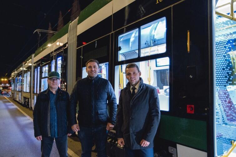 Od lewej: dyrektor GAiT Maciej Lisicki, zastępca prezydenta Gdańska Piotr Borawski i Marcin Grzyb, dyrektor sprzedaży Pesa Bydgoszcz, który osobiście nadzorował nocny transport nowego tramwaju do Gdańska