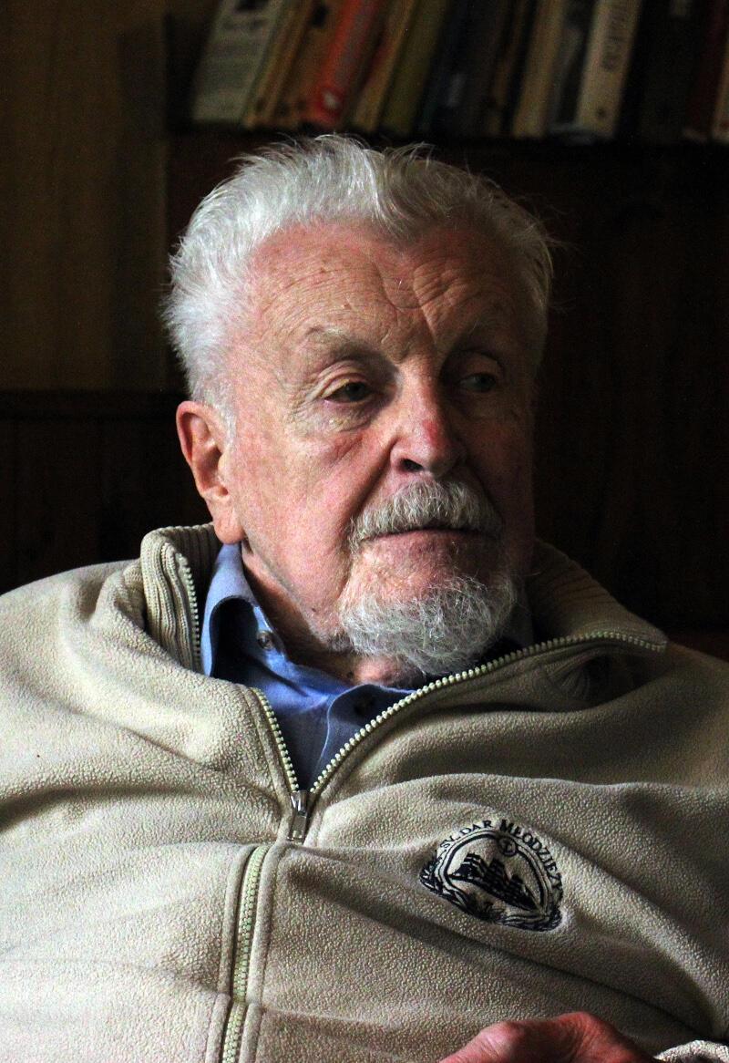 To człowiek-legenda: marynarz, pisarz i publicysta, oficer floty handlowej, wieloletni wykładowca w Wyższej Szkole Morskiej w Gdyni. I gdańszczanin z wyboru