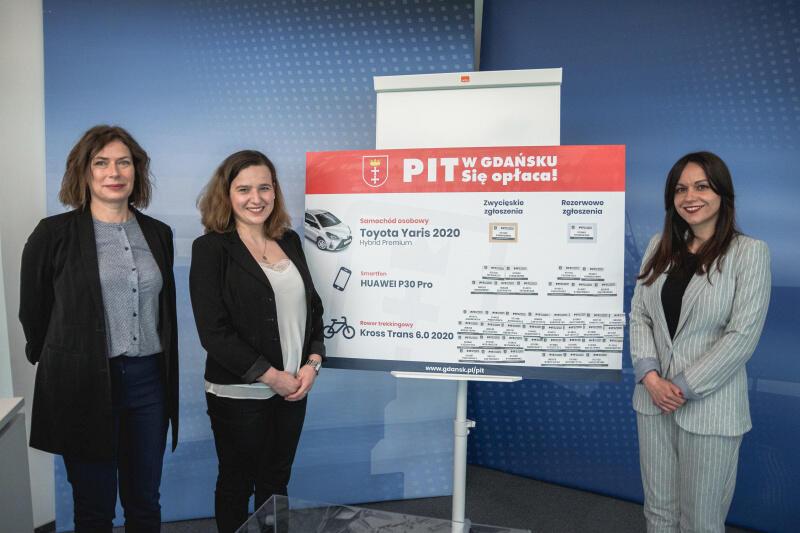 Tegoroczna loteria organizowana była przez firmę Grzegrzółka&Ko. Za przebieg losowania odpowiedzialne były przedstawicielki tej firmy: (od lewej) Lidia Penkala i Anna Maślana oraz prowadząca Natalia Gawlik