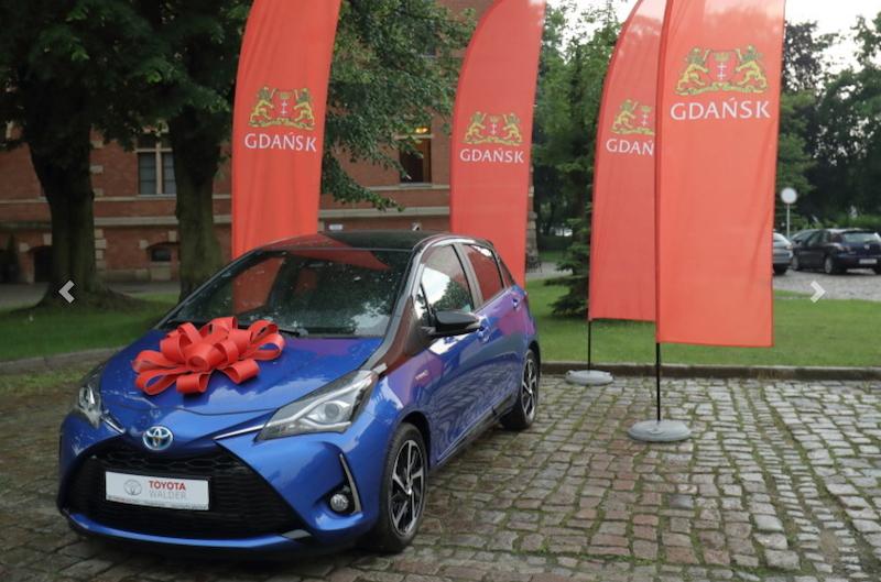 Niebieska Toyota Yaris stanie własnością pani Magdaleny, która rozliczyła swój pit w Gdańsku