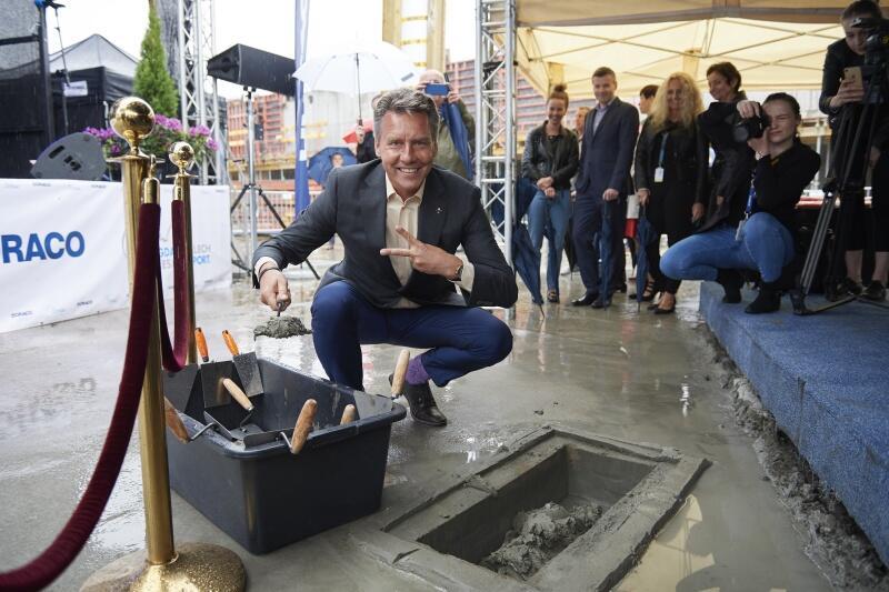 Prezes Portu Lotniczego Gdańsk podczas wmurowania aktu erekcyjnego