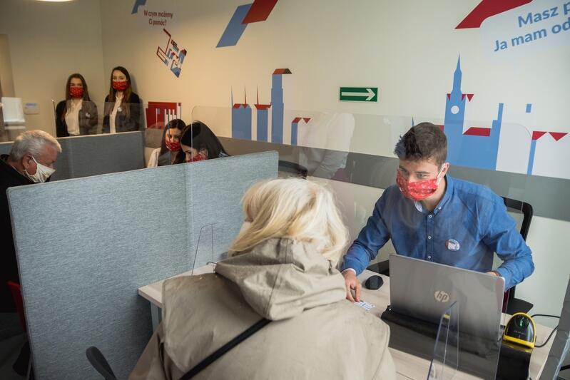 Pierwsi klienci pierwszego dnia działania Centrum Obsługi Karty Mieszkańca przy al. Grunwaldzkiej 148 we Wrzeszczu
