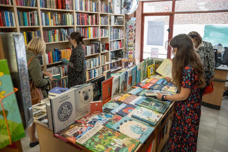 Legendarna Księgarnia Artystyczna Firmin zmieniła lokalizację. Znajdziemy ją teraz na ulicy Lawendowej. To popularne miejsce, co może pomóc księgarni szybko wrócić do formy po shutdownie